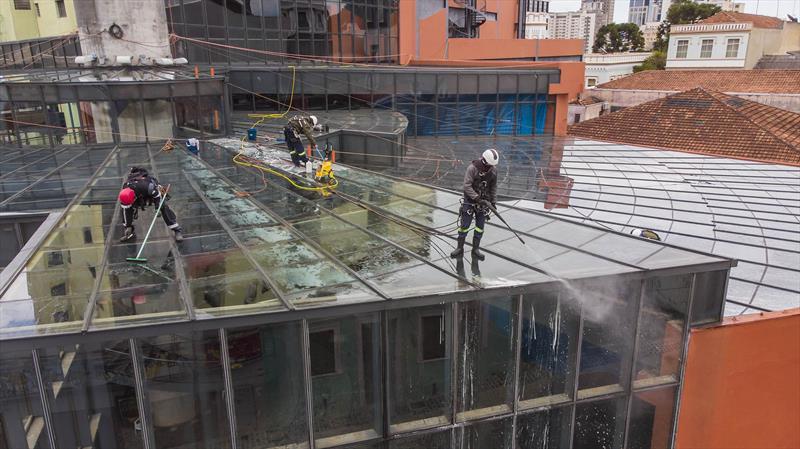 Limpeza do telhado de vidro do Memorial de Curitiba. Curitiba, 28/07/2021.  Foto: Isabella Mayer/SMCS