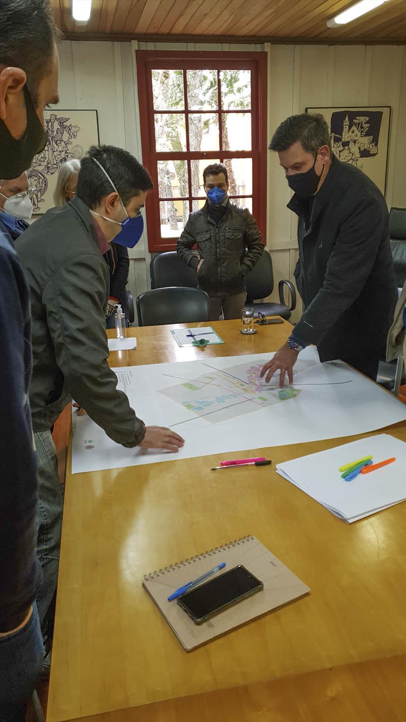 Em reunião com a equipe da Copel, o presidente do Ippuc, Luiz Fernando Jamur e técnicos do instituto, orientaram o mapeamento dos trabalhos de organização do cabeamento no setor histórico da cidade. Foto: Divulgação/IPPUC