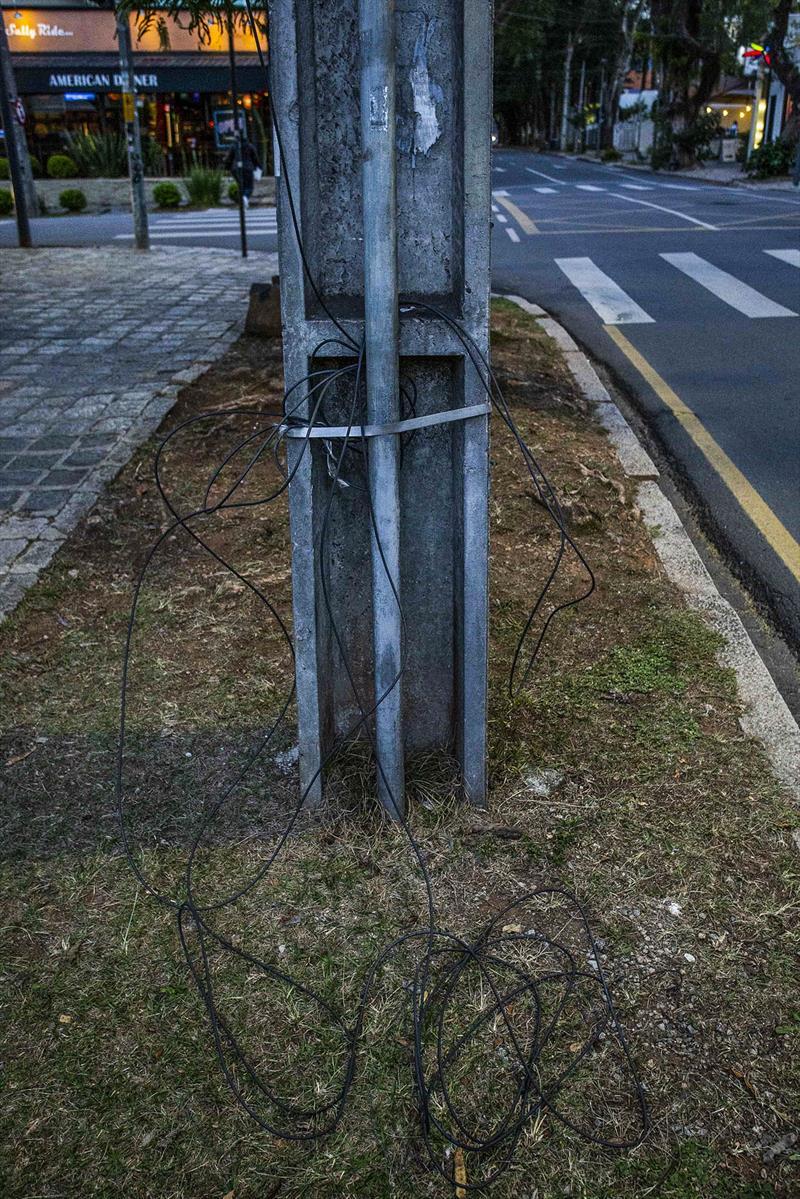 Cabos soltos em postes, por ligações clandestinas, poluem a cidade e são um risco aos habitantes. - Na imagem, postes na rua Cel. Dulcidio. Foto: Ricardo MArajó/SMCS