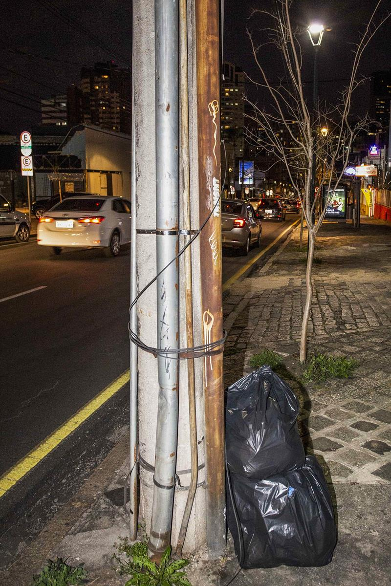 Cabos soltos em postes, por ligações clandestinas, poluem a cidade e são um risco aos habitantes. - Na imagem, postes na Vicente Machado. Foto: Ricardo MArajó/SMCS