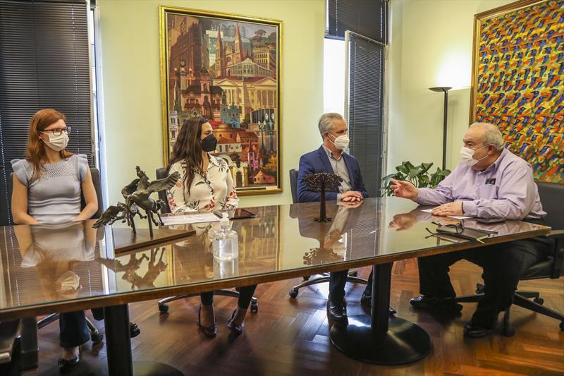 Prefeito Rafael Greca recebe o Prefeito de Maringá Ulisses Maia em seu gabinete, acompanhado de Bruna Barroca, arquiteta e presidente do Instituto de Pesquisa e Planejamento Urbano de Maringá (Ipplam) e Thaís Réus, engenheira e Diretoria de Pesquisa e gestão da Informação do Ipplam - Curitiba, 24/08/2021 - Foto: Daniel Castellano / SMCS