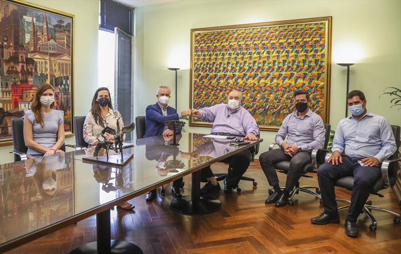 Prefeito Rafael Greca recebe o Prefeito de Maringá Ulisses Maia em seu gabinete, acompanhado de Bruna Barroca, arquiteta e presidente do Instituto de Pesquisa e Planejamento Urbano de Maringá (Ipplam) e Thaís Réus, engenheira e Diretoria de Pesquisa e gestão da Informação do Ipplam. A direita Luiz Fernando Jamur, Presidente do IPPUC e Lucas Navarro, assessor de gabinete - Curitiba, 24/08/2021 - Foto: Daniel Castellano / SMCS
