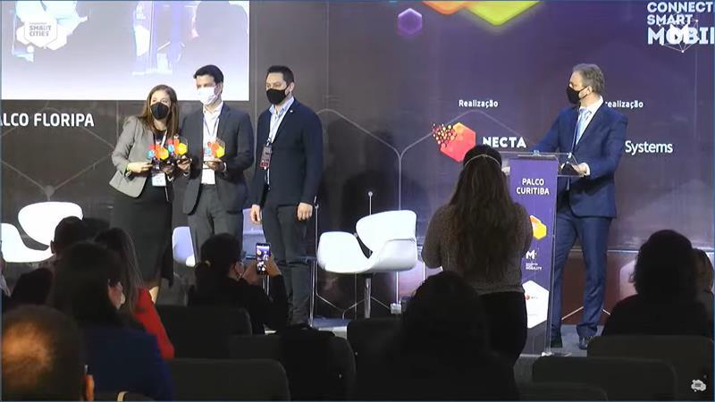 O vice-prefeito Eduardo Pimentel, representando o prefeito Rafael Greca, recebe premiação de Curitiba em São Paulo. Foto: Divulgação