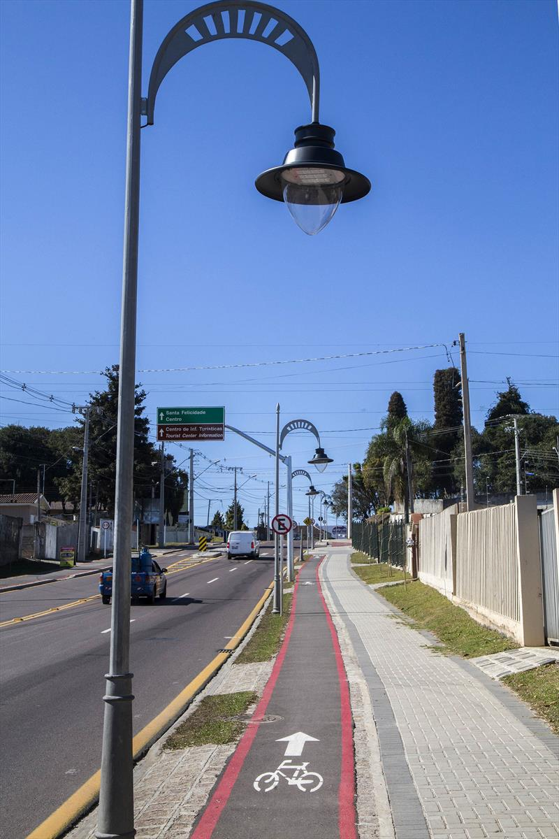 Calçada na avenida Manoel Ribas no bairro Santa Felicidade.. Foto: Valdecir Galor/SMCS