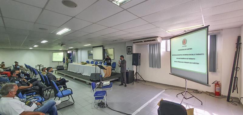 Diretor da EPTran, Claudionor Agibert, apresenta o programa curitibano Trânsito para todos na cidade fluminense. Foto: Divulgação