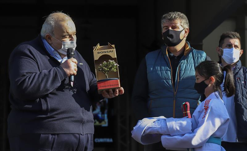Prefeito Rafael Greca recebe um bonsai da judoca Tayla Tinen durante inauguração do Clube de Lutas Tatuquara, uma parceria entre a Prefeitura e a Federação Paranaense de Judô., que vai oferecer opções de esportes para os moradores do Bairro Tatuquara - Curitiba, 23/09/2021 - Foto: Daniel Castellano / SMCS