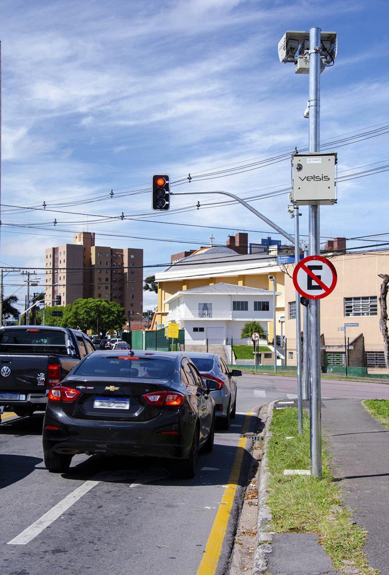 Em menos de quatro meses, o cruzamento das ruas Antônio Gasparin e Pedro Gusso, no bairro Novo Mundo, foi o que mais registrou avanço do sinal vermelho. Curitiba, 23/09/2021. Foto: Levy Ferreira/SMCS