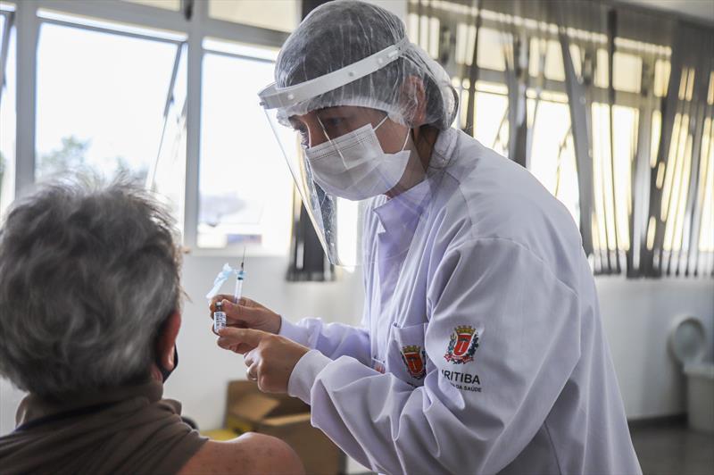 Curitiba chega a 61% da população com imunização completa. - Foto: Daniel Castellano / SMCS