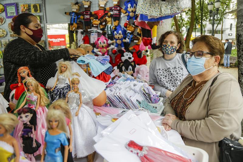 Cirte Falat, comprando presentes para os netos na Feira da Primavera e da Criança na Praça Osório no Centro. Curitiba, 05/10/2021. Foto: Pedro Ribas/SMCS