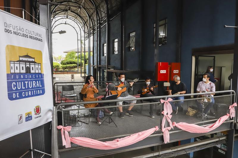 """A Fundação Cultural de Curitiba, realizou uma apresentação com o grupo """"É No Choro que Eu Vou"""", a ação abriu a programação do Outubro Rosa na Regional Boa Vista. Curitiba, 08/10/2021. Foto: Hully Paiva/SMCS"""