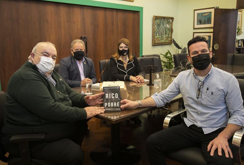 Prefeito Rafael Greca recebe o autor Carlos Air Severo Machado em seu gabinete - Curitiba, 14/10/2021 - Foto: Daniel Castellano / SMCS