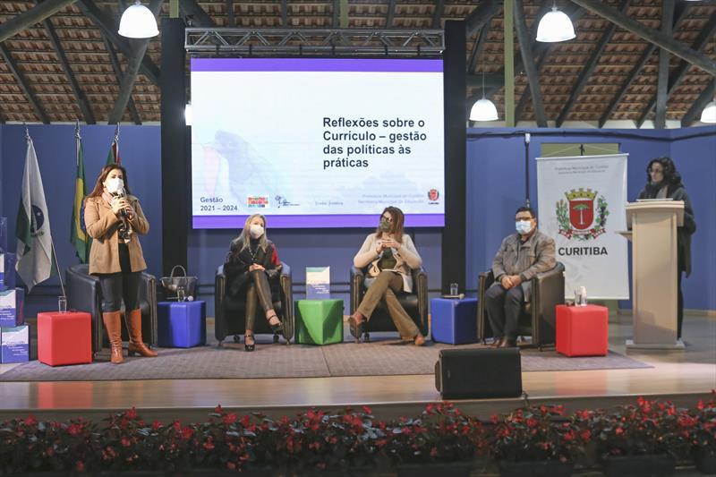 Entrega de currículos pela secretária da Educação, Maria Sílvia Bacila. Curitiba, 19/10/2021. Foto: Luiz Costa/SMCS