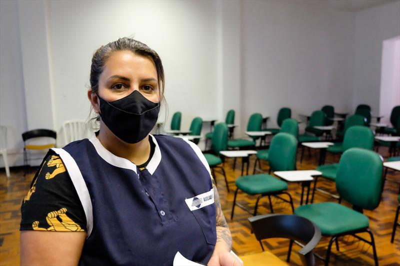 Cohab convoca novos inscritos da fila. Na imagem Denise da Silva. Curitiba, 22/10/2021. Foto: Rafael Silva