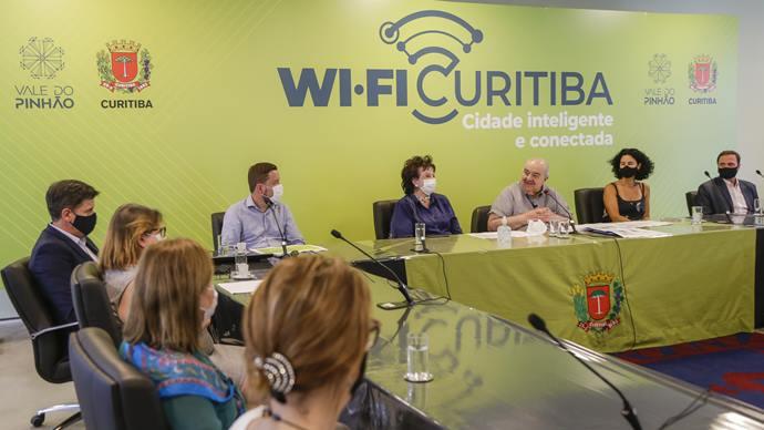 Prefeito Rafael Greca ao lado da primeira-dama Margarita Sansone e de secretários municipais, lança o Wi-Fi Curitiba. Curitiba, 07/01/2020. Foto: Pedro Ribas/SMCS