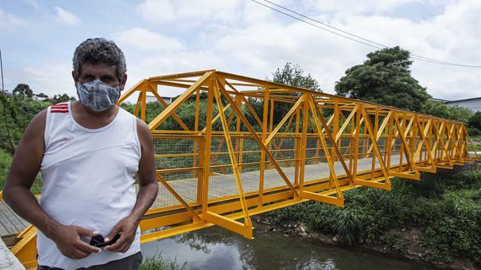 Nova passarela oferece mais segurança a moradores do Bairro Alto. Na imagem: Agnaldo Fortunato Pacheco. Curitiba, 12/01/2021. Foto: Ricardo Marajó/SMCS