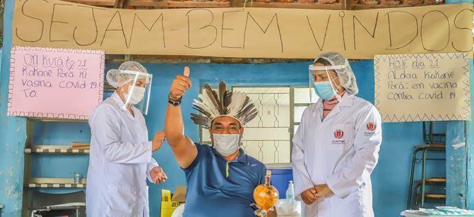 Indios da Aldeia Kakané Porâ são vacinados na manhã de hoje no segundo dia da vacinação contra a Covid-19 na região de Curitiba. Na imagem cacique Setembrino Rodrigues, 52 anos - Curitiba, 21/01/2021 - Foto: Daniel Castellano / SMCS