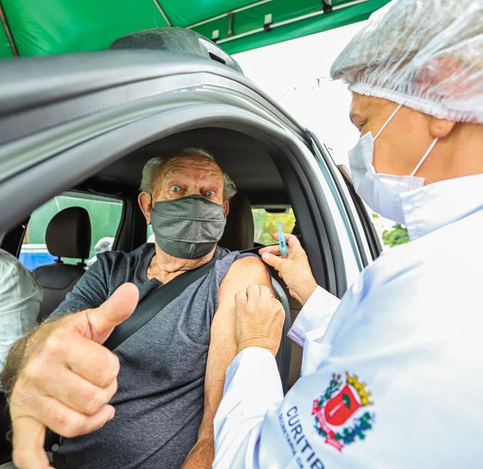 Vacinação contra o coronavirus dos idosos de mais de 85 anos no sistema drive-thru no Parque Barigui  - Curitiba, 01/03/2021 - Foto: Daniel Castellano / SMCS