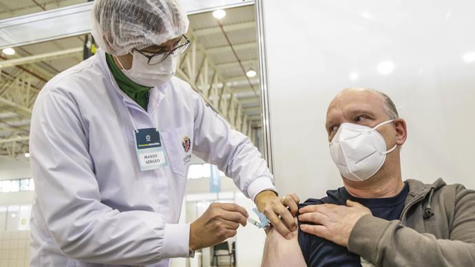 Curitiba amplia pontos e abre vacinação para 41 e 42 anos. Foto: Pedro Ribas/SMCS