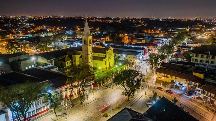 Com LED, atendimentos por problemas de iluminação caem 25%.  - Na imagem, Nova iluminação com LED na Avenida Manoel Ribas. - Foto: Daniel Castellano / SMCS