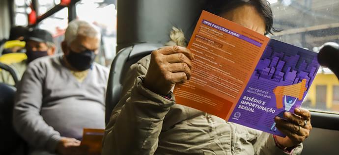 Assessoria de Direitos Humanos e Políticas para as Mulheres promove distribuição de panfletos de combate a Importunação Sexual no Terminal Pinheirinho e na Regional - . - Curitiba, 20/10/2021 - Foto: Daniel Castellano / SMCS